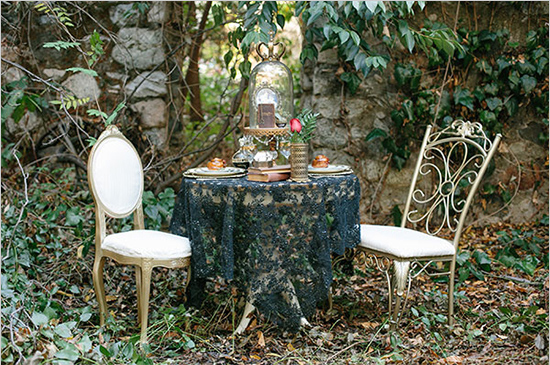 Dark-And-Romantic-Wedding-In-Black-And-Gold-Full-Table-Kristen-Booth-via-The-Wedding-Chicks