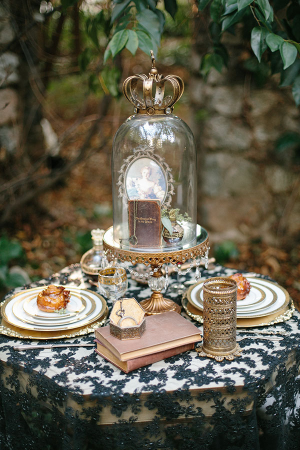Dark-And-Romantic-Wedding-In-Black-And-Gold-Kristen-Booth-via-The-Wedding-Chicks